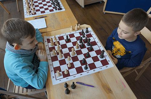 Чи є сенс вчити дитину грати в шахи?